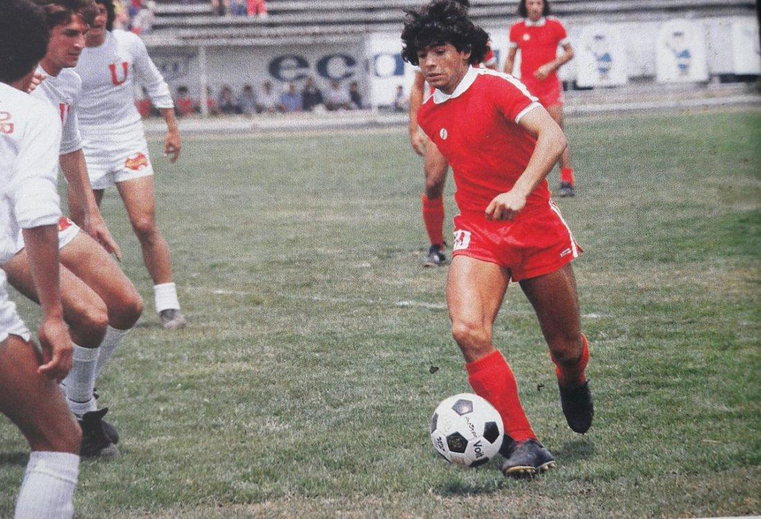Diego Maradona con Argentinos Juniors ante LDU Quito en el Olímpico Atahualpa, de perfil se observa a Fernando Rodríguez Riolfo. Ese febrero 1979 los albos le pasaron 7 goles a los bic
