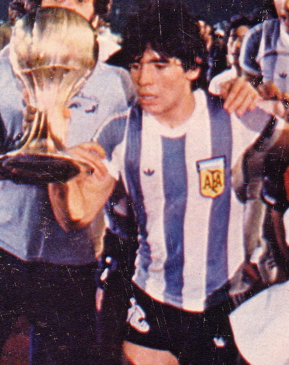 Maradona_y_la_copa_-_Mundial_Juvenil_1979_-_Gente_sept_1979