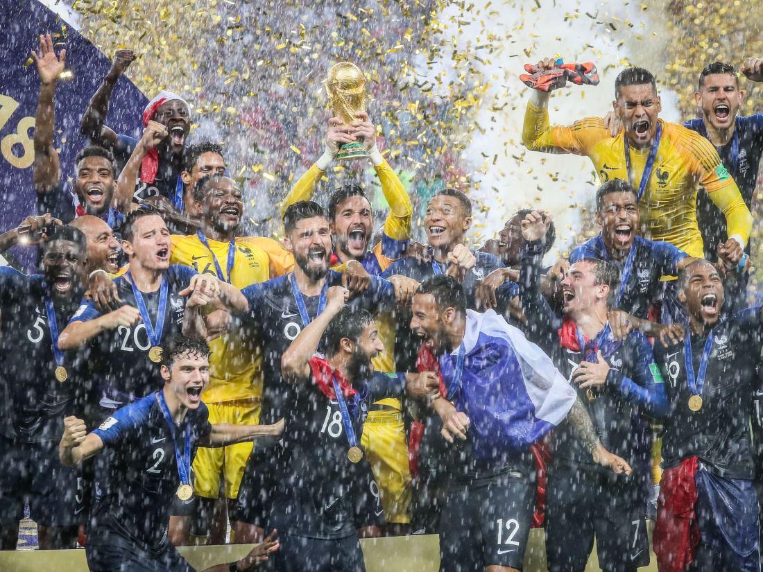 coupe-monde-2018-les-bleus-posent-fierement-avec-leur-trophee-dans-bus-direction-des-champs-elysees